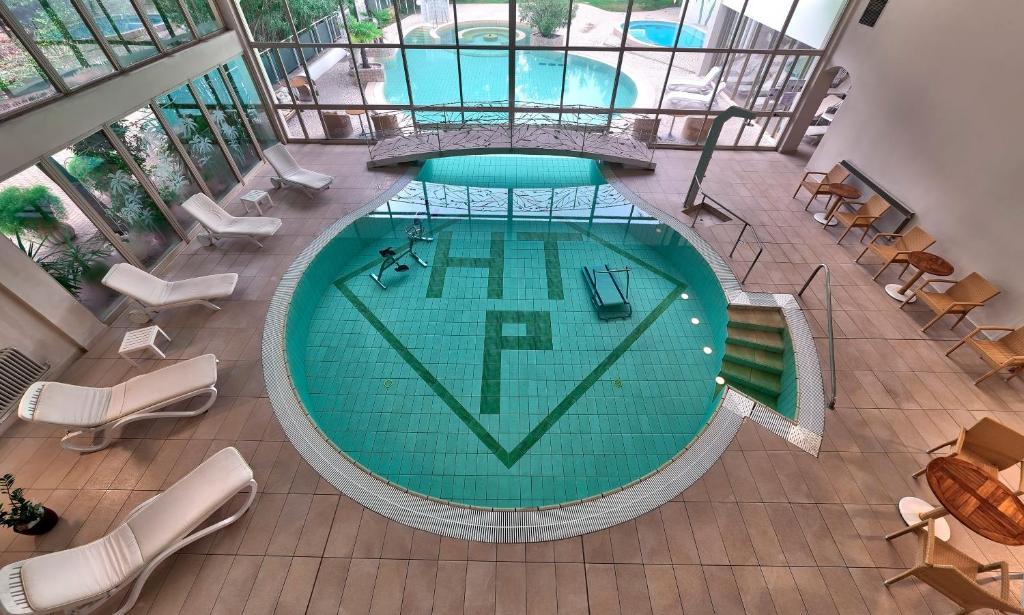 Вид на бассейн в Hotel Terme Patria или окрестностях