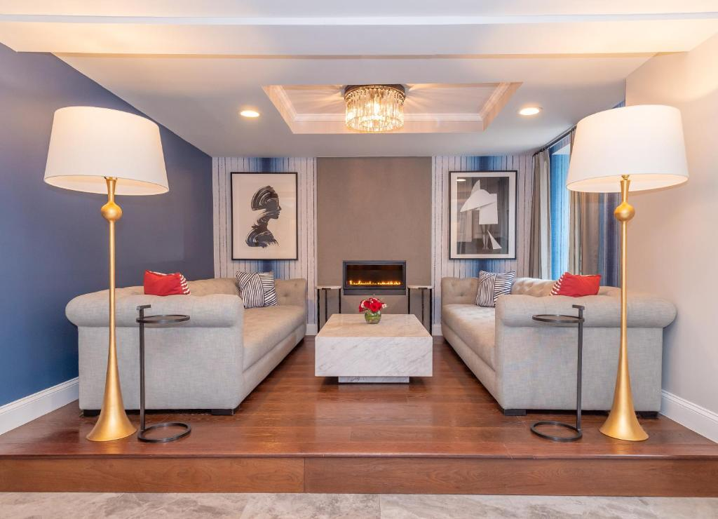 A seating area at West End Washington DC, Tapestry Collection by Hilton