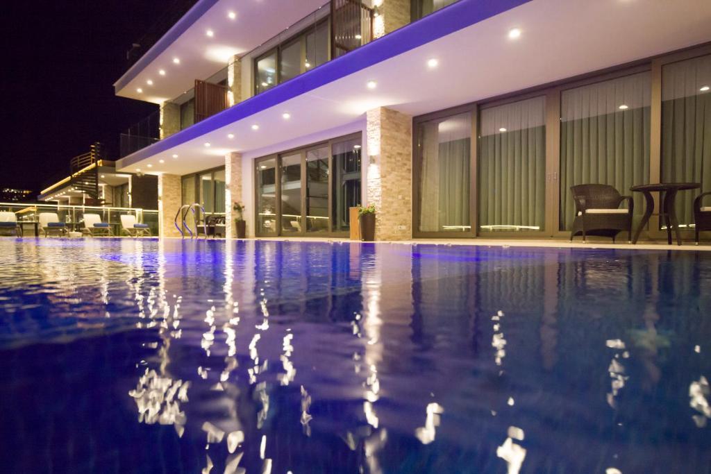 المسبح في Spektr Boutique Hotel & Spa أو بالجوار
