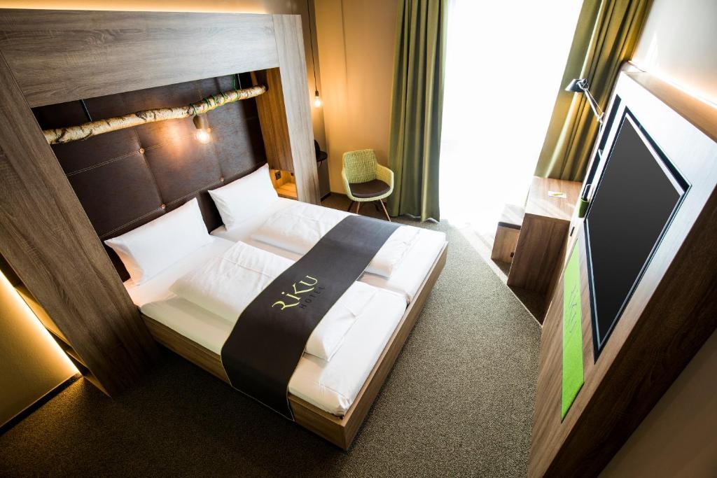 Ein Bett oder Betten in einem Zimmer der Unterkunft RiKu HOTEL Ulm