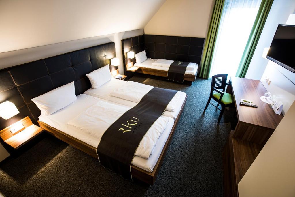 Ein Bett oder Betten in einem Zimmer der Unterkunft RiKu HOTEL Weißenhorn