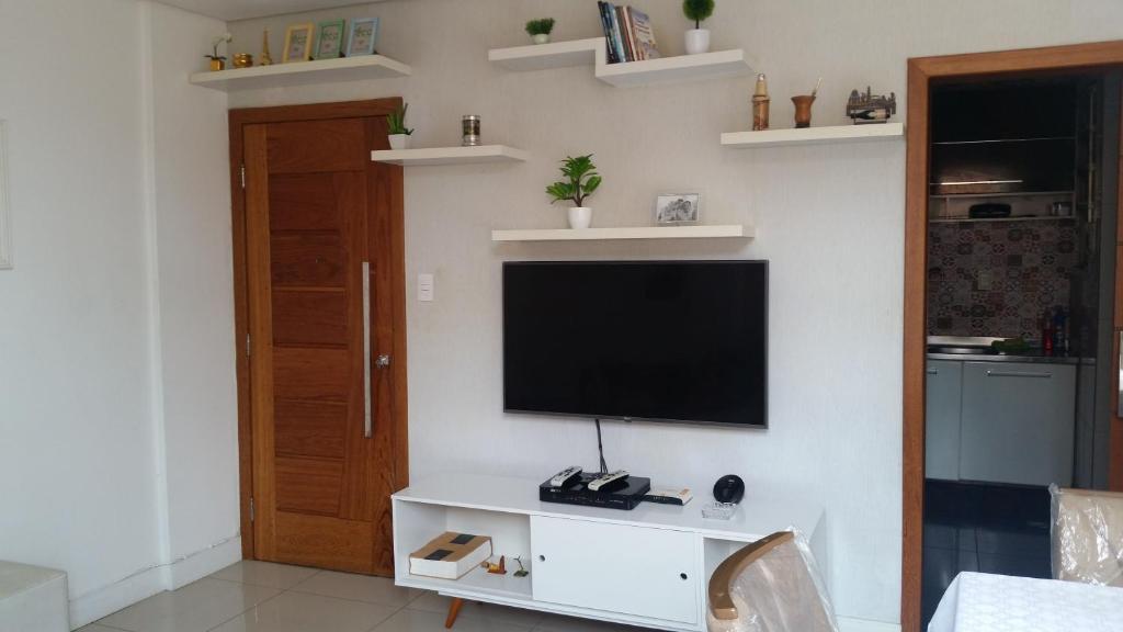 A television and/or entertainment centre at aconchego no centro da cidade