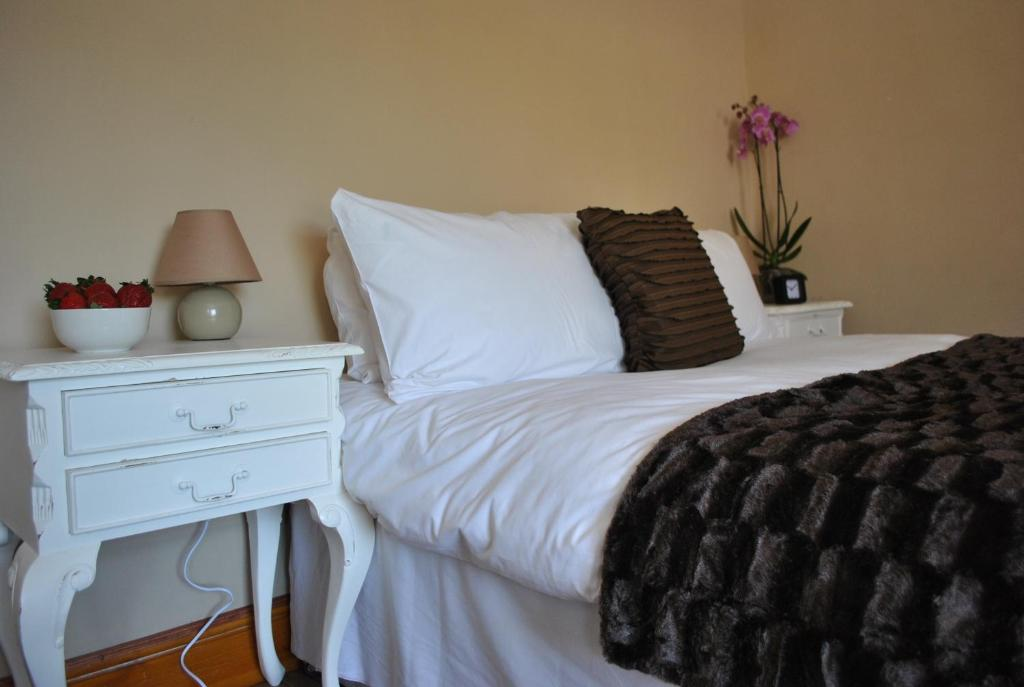 A bed or beds in a room at Amber Guesthouse