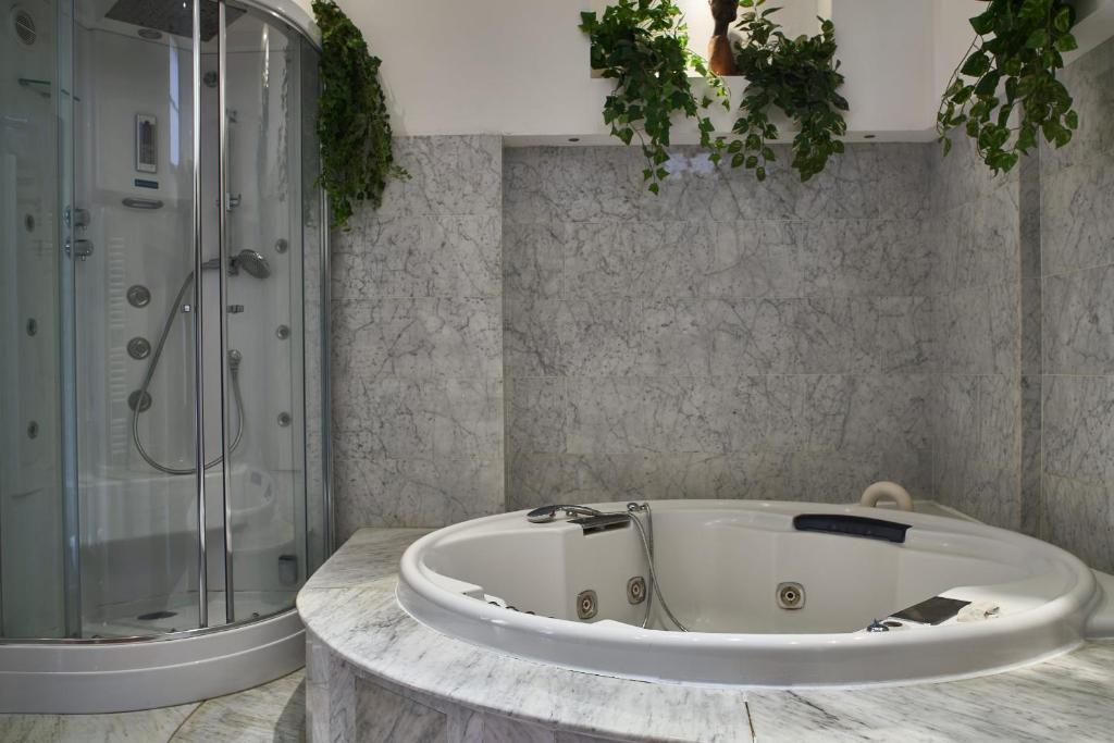 A bathroom at Imperial Suite La Lizza