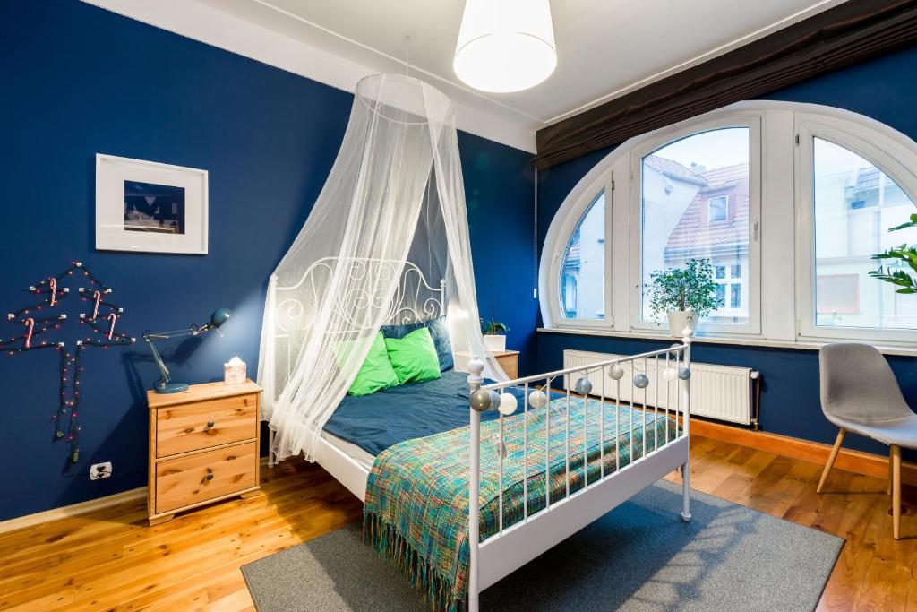 Łóżko lub łóżka w pokoju w obiekcie Apartament Żurawia