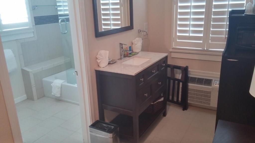 A kitchen or kitchenette at Rio Vista Inn & Suites Santa Cruz