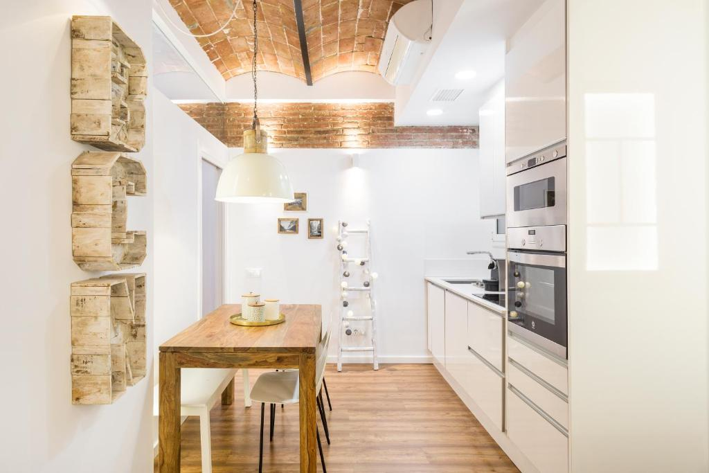 A kitchen or kitchenette at Charming Parallel