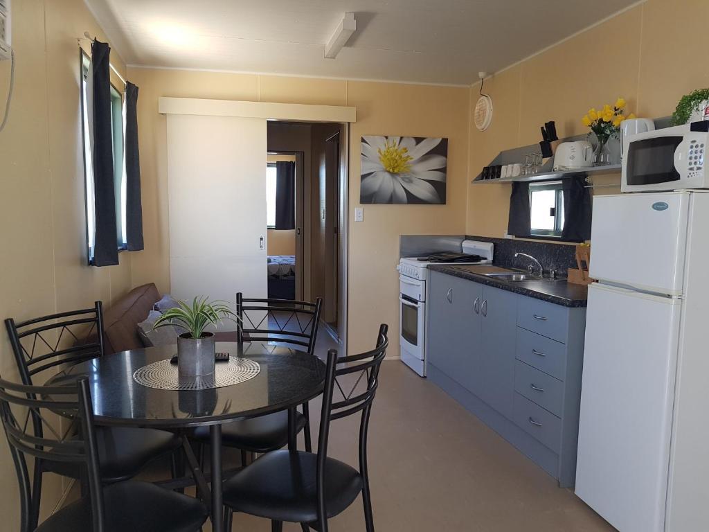 A kitchen or kitchenette at Rocks Retreat Cabin 3 - Lobster