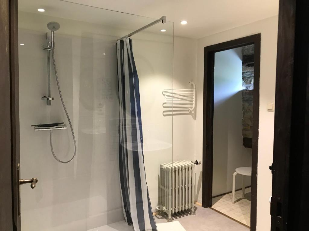 A bathroom at Vennhaus 33 pers