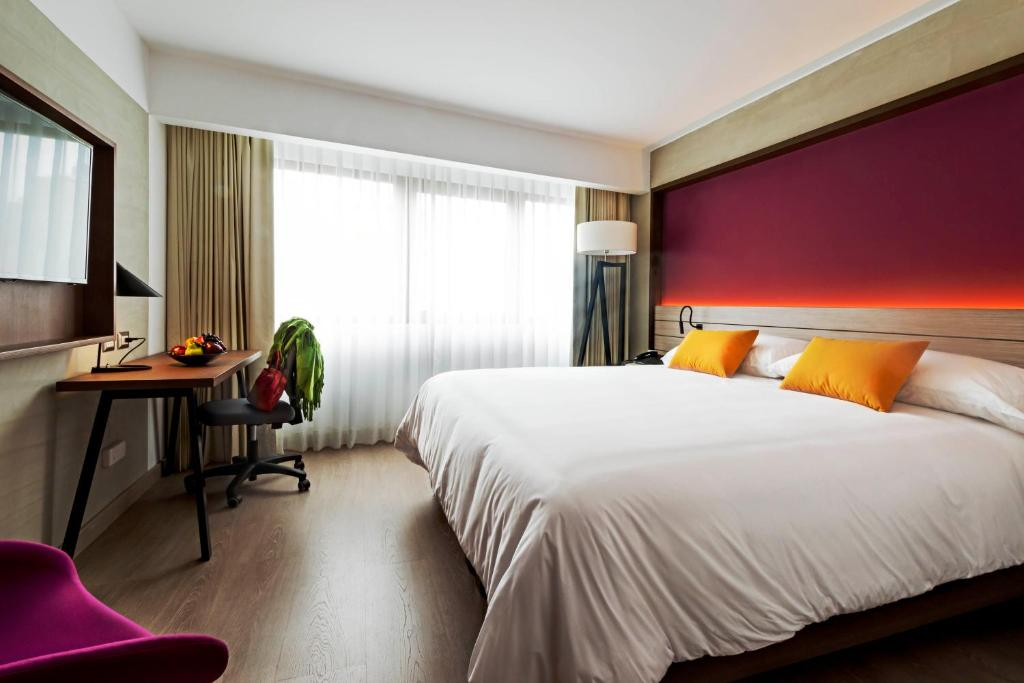 A bed or beds in a room at Mercure Ariosto Miraflores