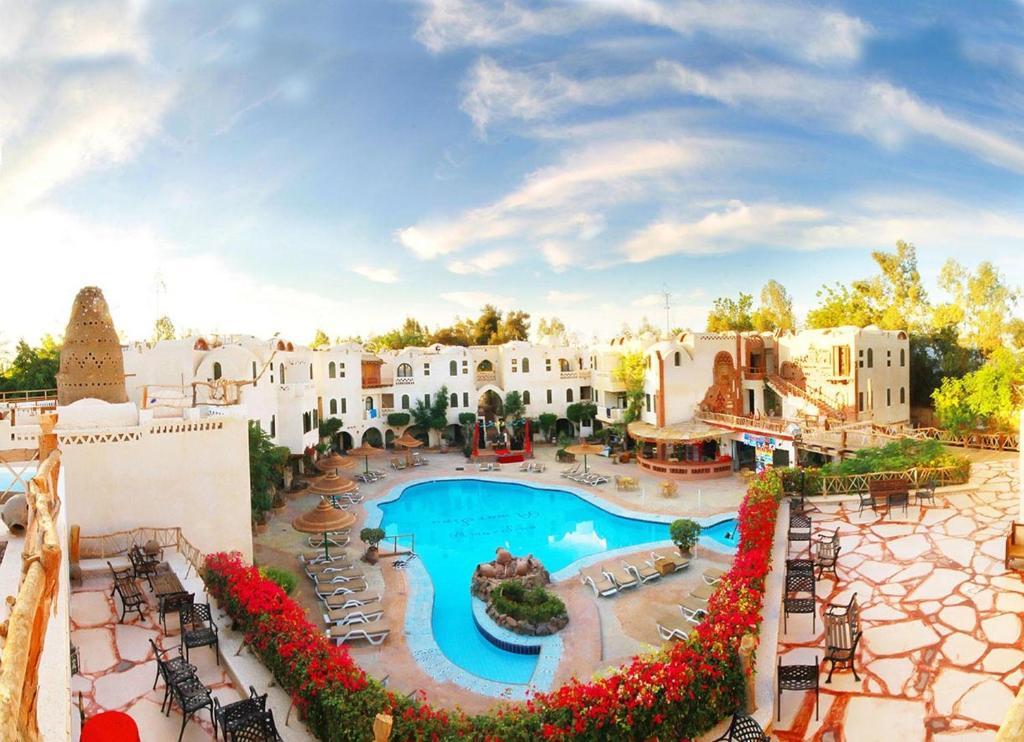 منظر المسبح في قرية قمر سيناء او بالجوار