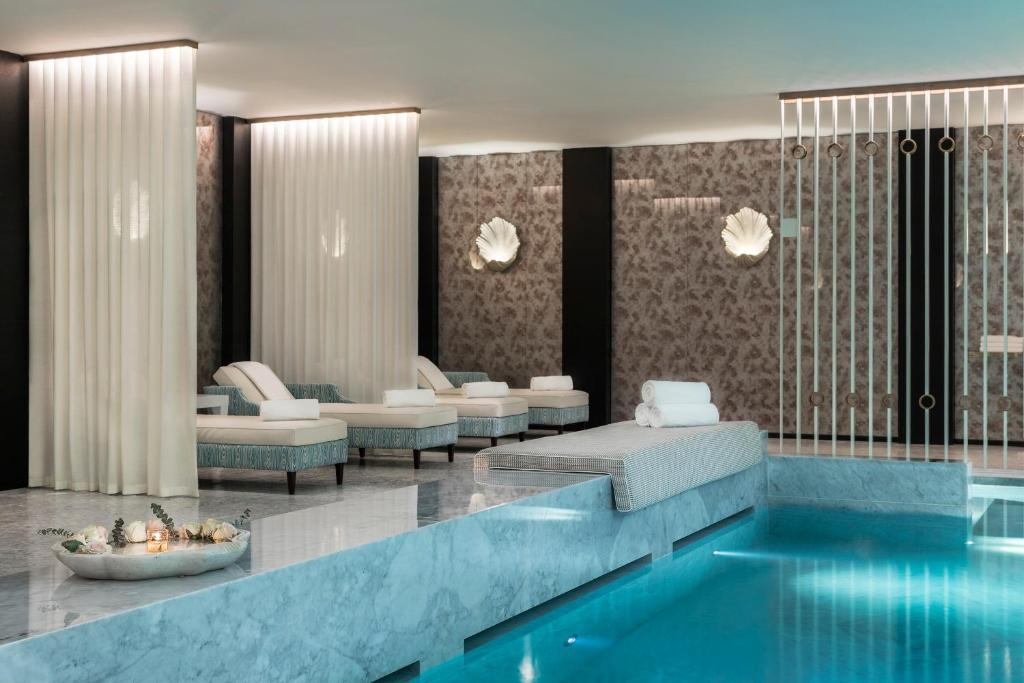 A piscina em ou perto de Maison Albar Hotels Le Monumental Palace