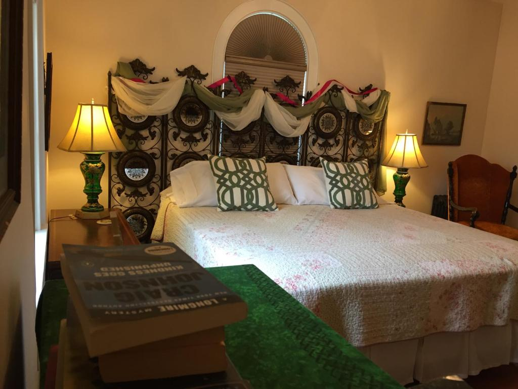 A bed or beds in a room at Connellsville Bed and Breakfast