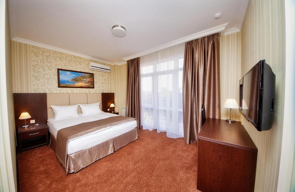 A bed or beds in a room at Favorit Hotel