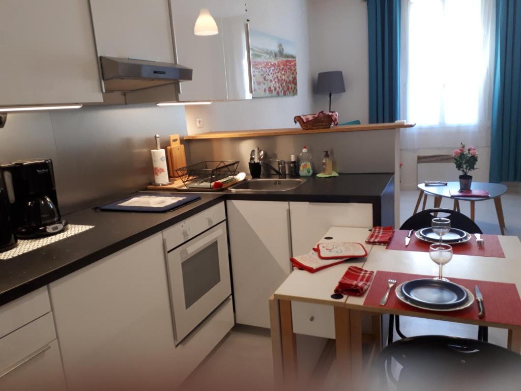 Cuisine ou kitchenette dans l'établissement Le Provencal - T2 proche gare Montpellier