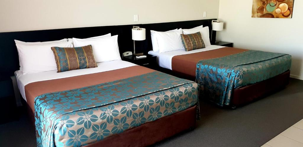 A bed or beds in a room at Royal Motel Miles