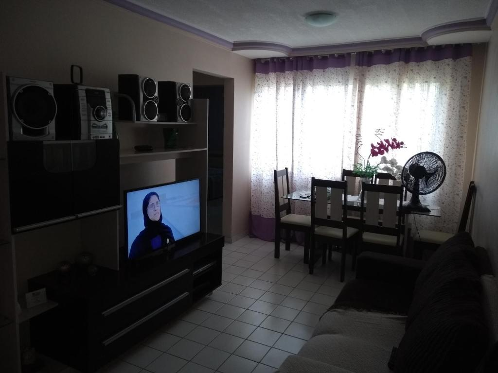 A television and/or entertainment center at Apartamento condomínio Jaçanã