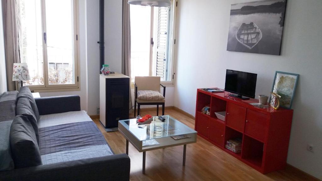 Una televisión o centro de entretenimiento en Apartamentos el Camino