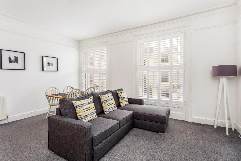 A seating area at Town Centre Luxury Apartment