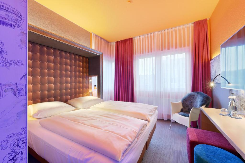 Een bed of bedden in een kamer bij Designhotel + CongressCentrum Wienecke XI.