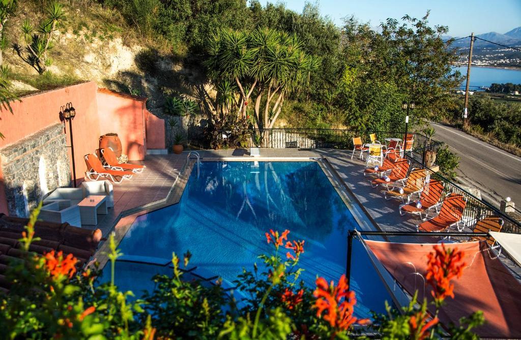 Widok na basen w obiekcie Alkion lub jego pobliżu