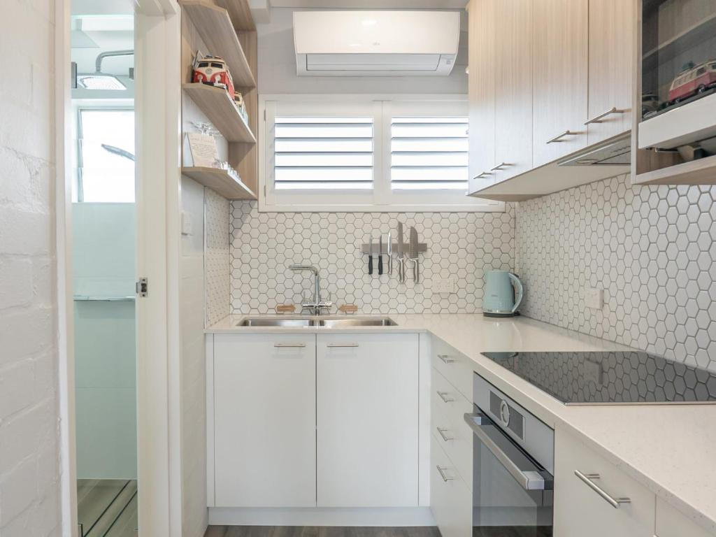 A kitchen or kitchenette at Coasters 18