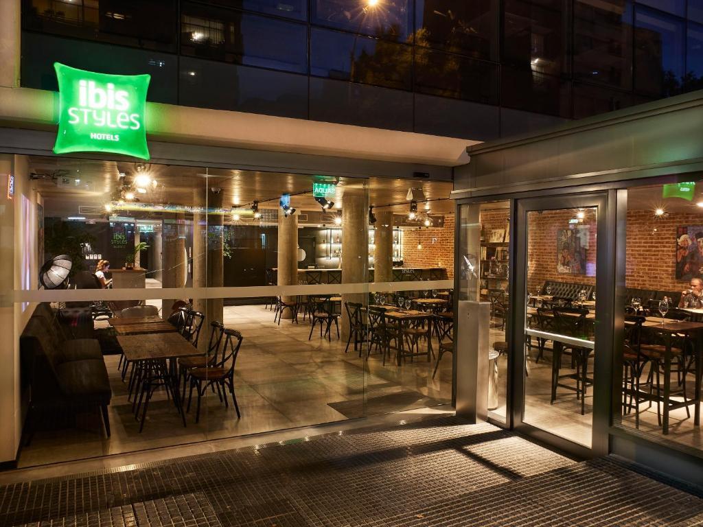 Um restaurante ou outro lugar para comer em ibis Styles Montevideo