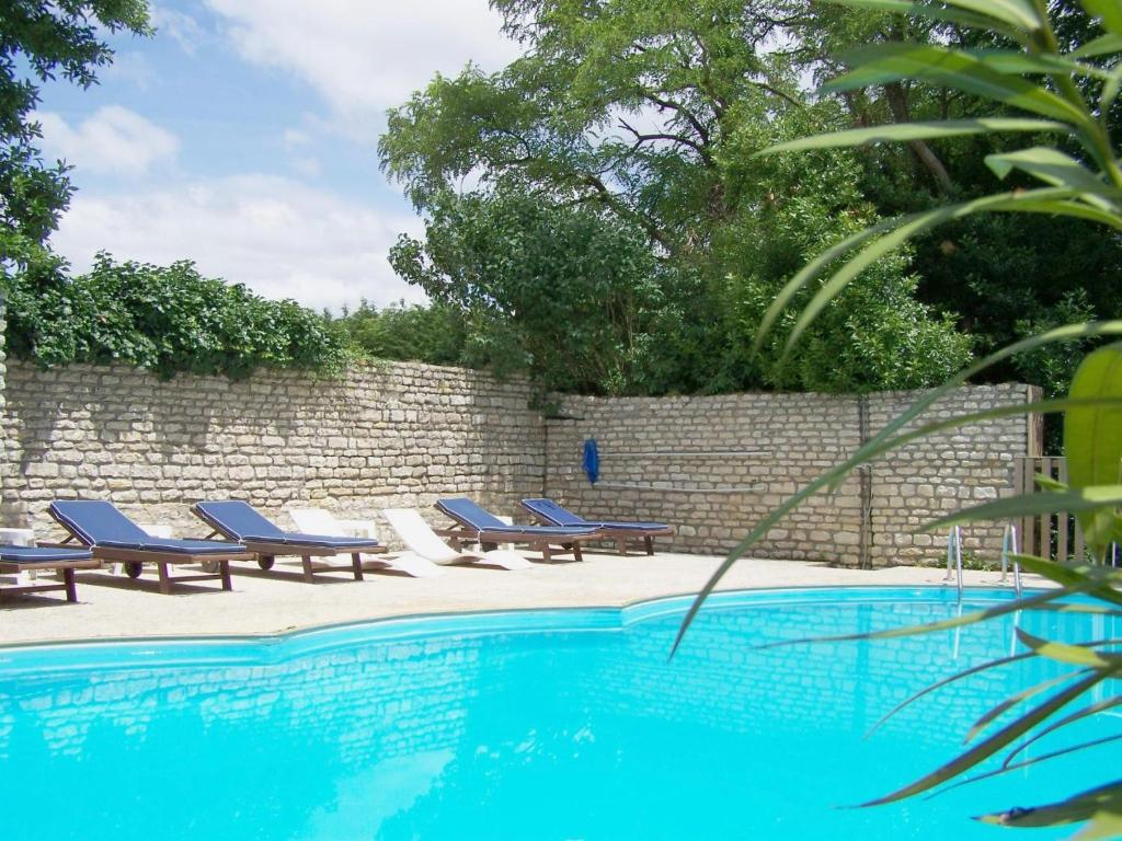 The swimming pool at or near Le Château de l'Abbaye - Les Collectionneurs