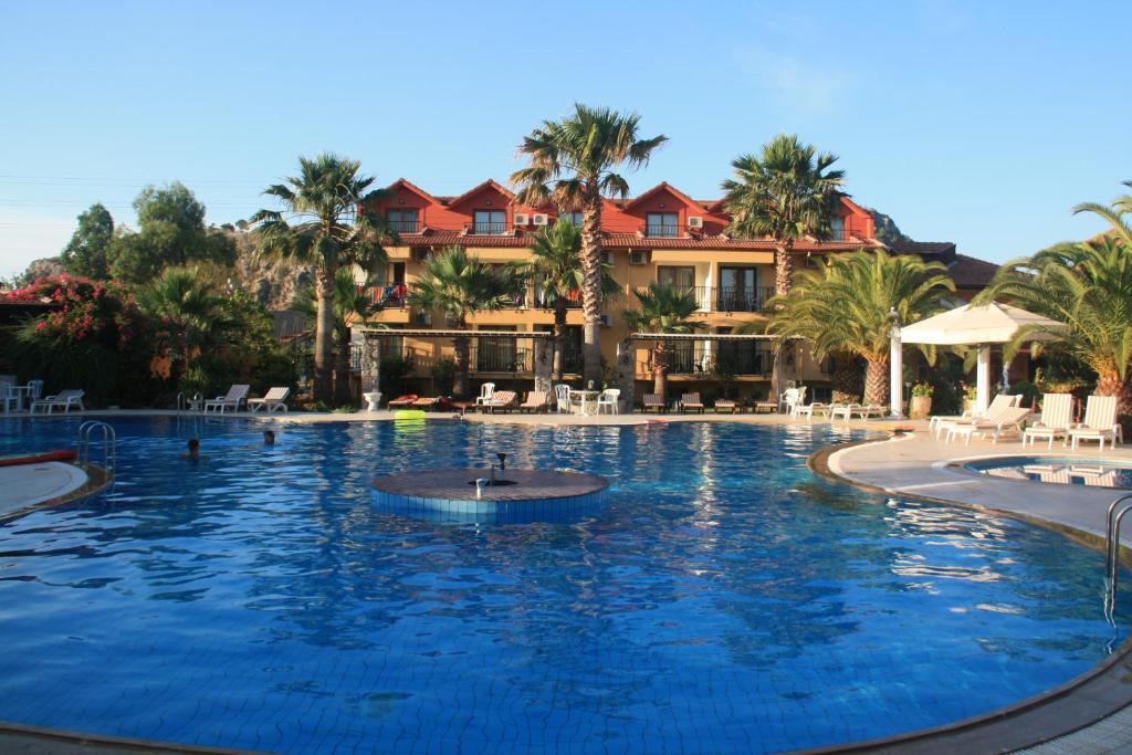 Het zwembad bij of vlak bij Holiday Calbis Hotel