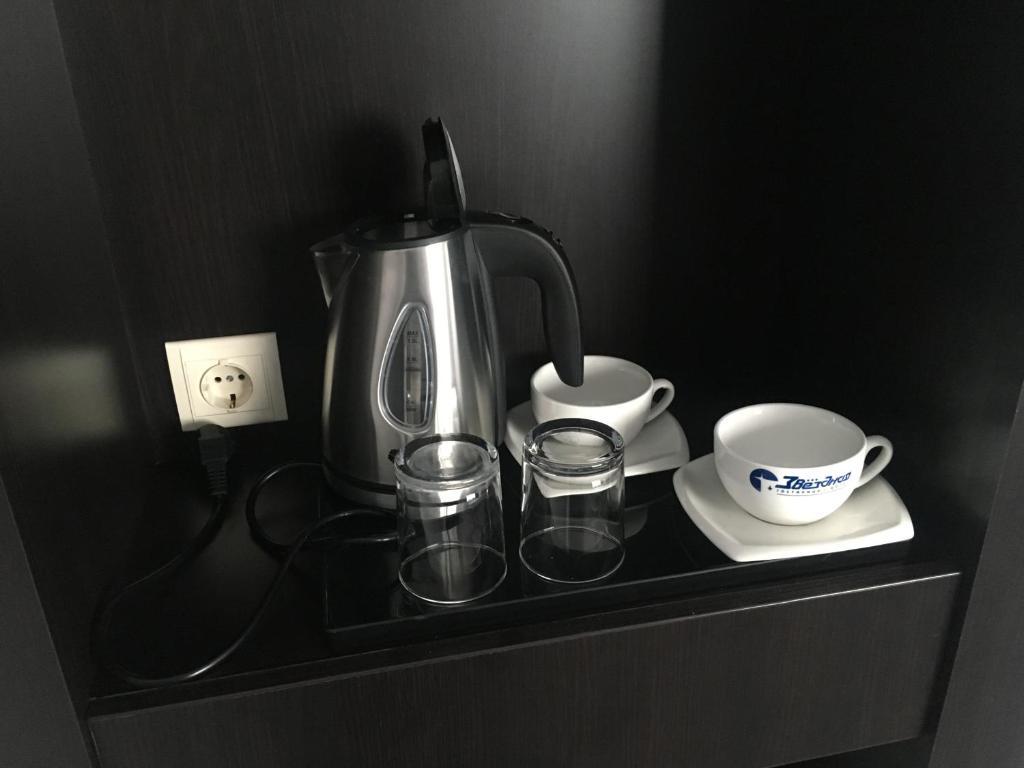 Coffee and tea-making facilities at Zvezdnaya Hotel