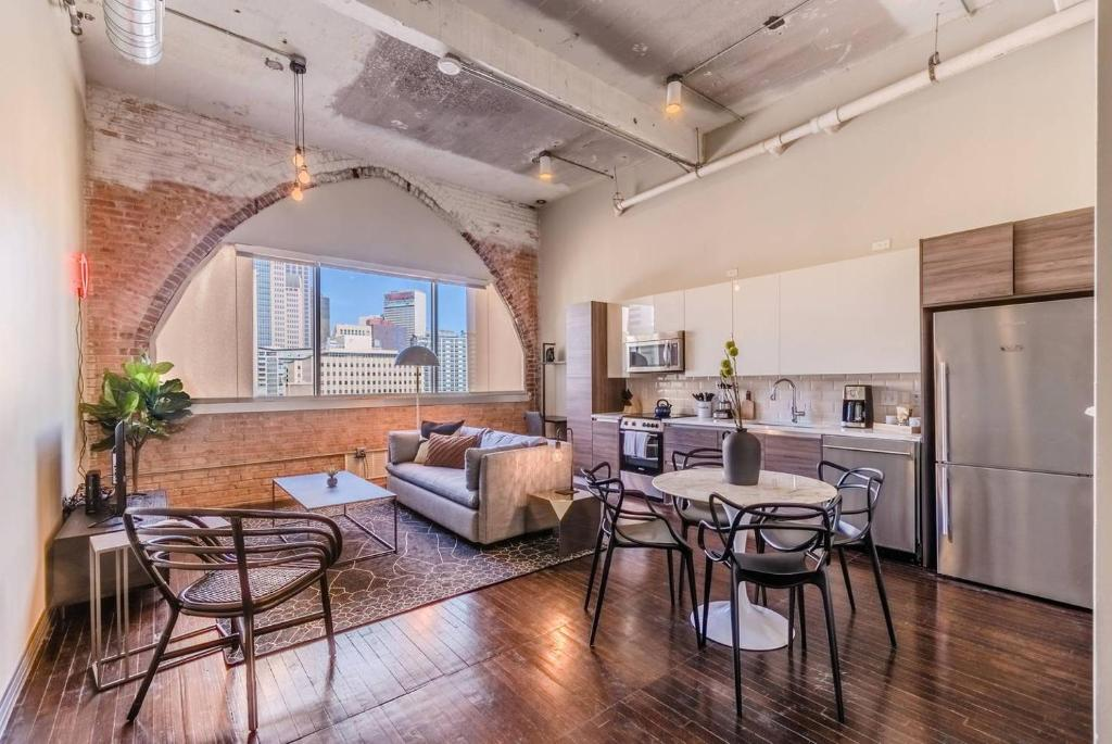 Live at a hip 1-Bdrm loft in the heart of Dallas