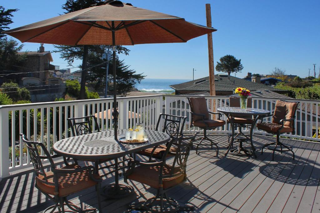 A restaurant or other place to eat at Ocean Echo Inn & Beach Cottages