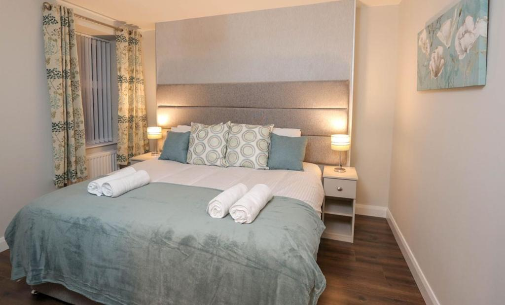 A bed or beds in a room at Sea Breeze Apartments