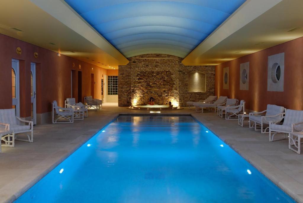 בריכת השחייה שנמצאת ב-Auberge de Cassagne & Spa או באזור
