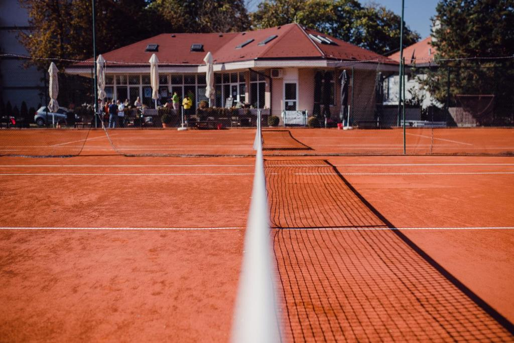 Tennis and/or squash facilities at Tennis Club TOPACO or nearby