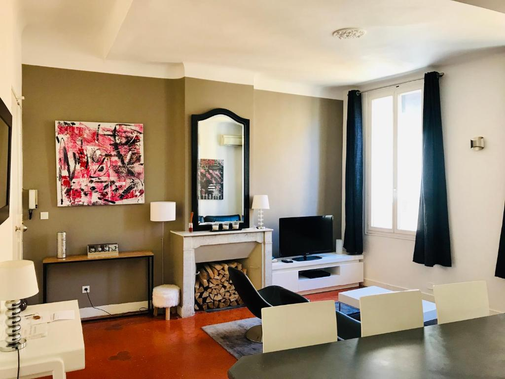 A television and/or entertainment center at Appartement coeur historique Aix