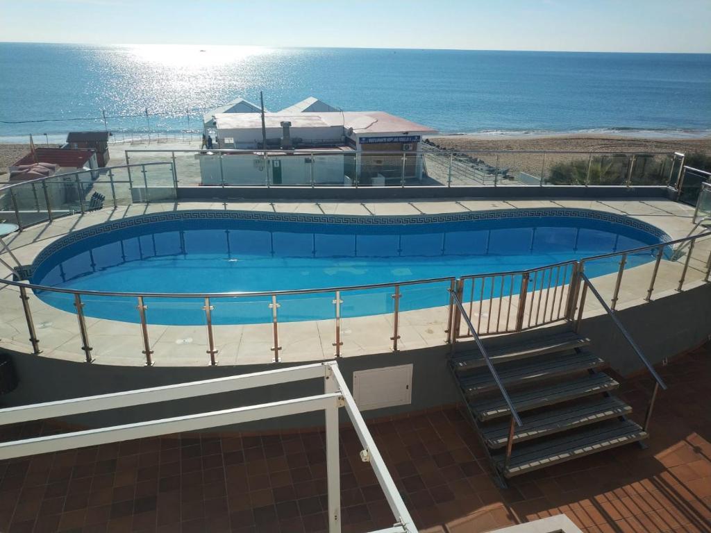 The swimming pool at or near Islantilla-Apartamento con piscina y garaje en primera línea de playa