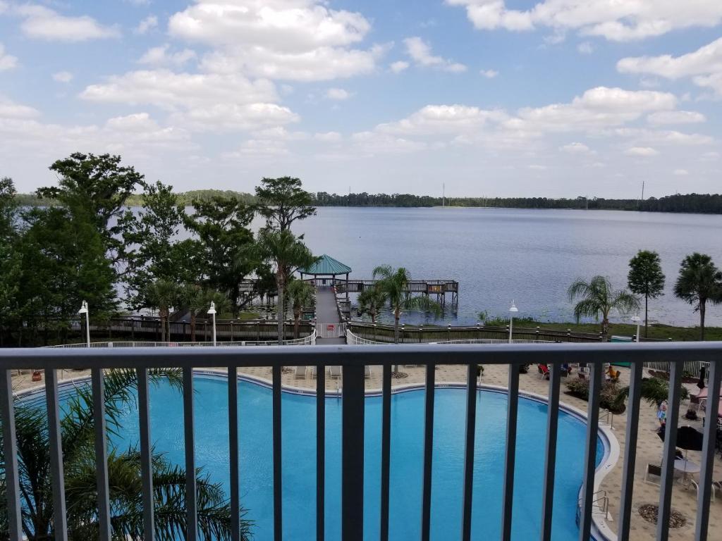 Uma vista da piscina em Blue Heron Beach Resort ou nos arredores
