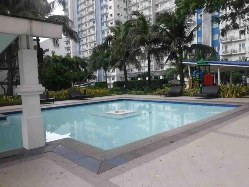 Der Swimmingpool an oder in der Nähe von 1 bedroom, 4 guests near SM North Grass Res NOTE MONTHLY RENTAL ONLY