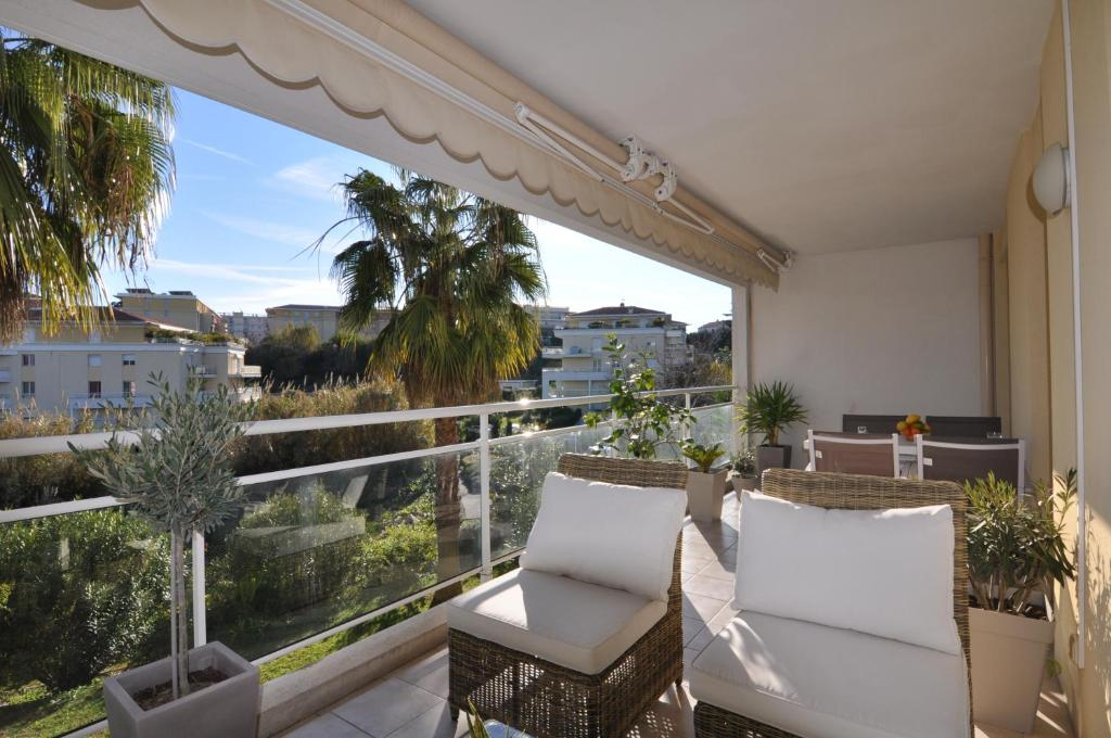 A balcony or terrace at Elegant one-bedroom apartment with swimming pool - StayInAntibes - Le Vallon
