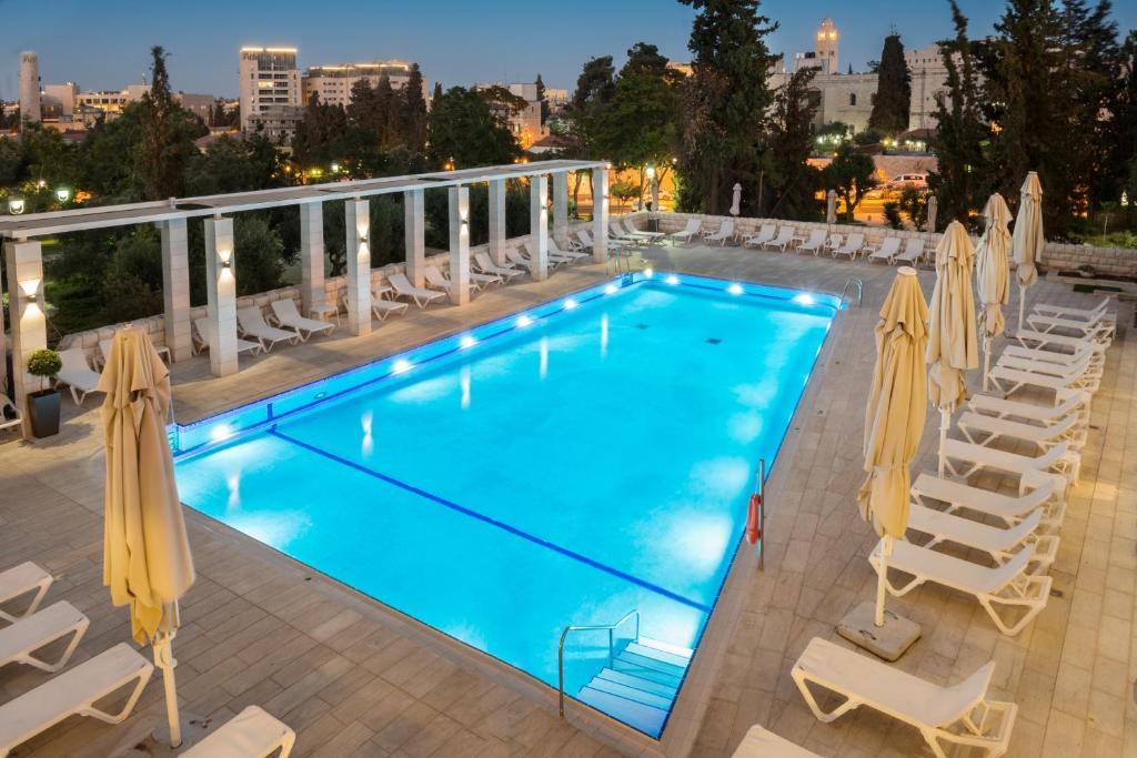 בריכת השחייה שנמצאת ב-מלון לאונרדו פלאזה ירושלים או באזור