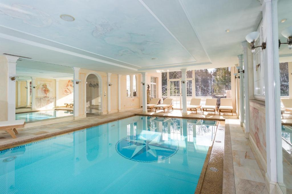 Der Swimmingpool an oder in der Nähe von Boutiquehotel Bergvilla