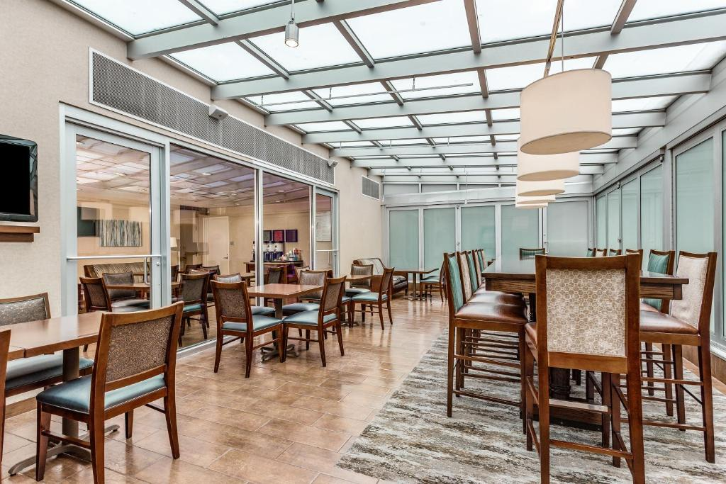 A restaurant or other place to eat at Hampton Inn Manhattan Grand Central
