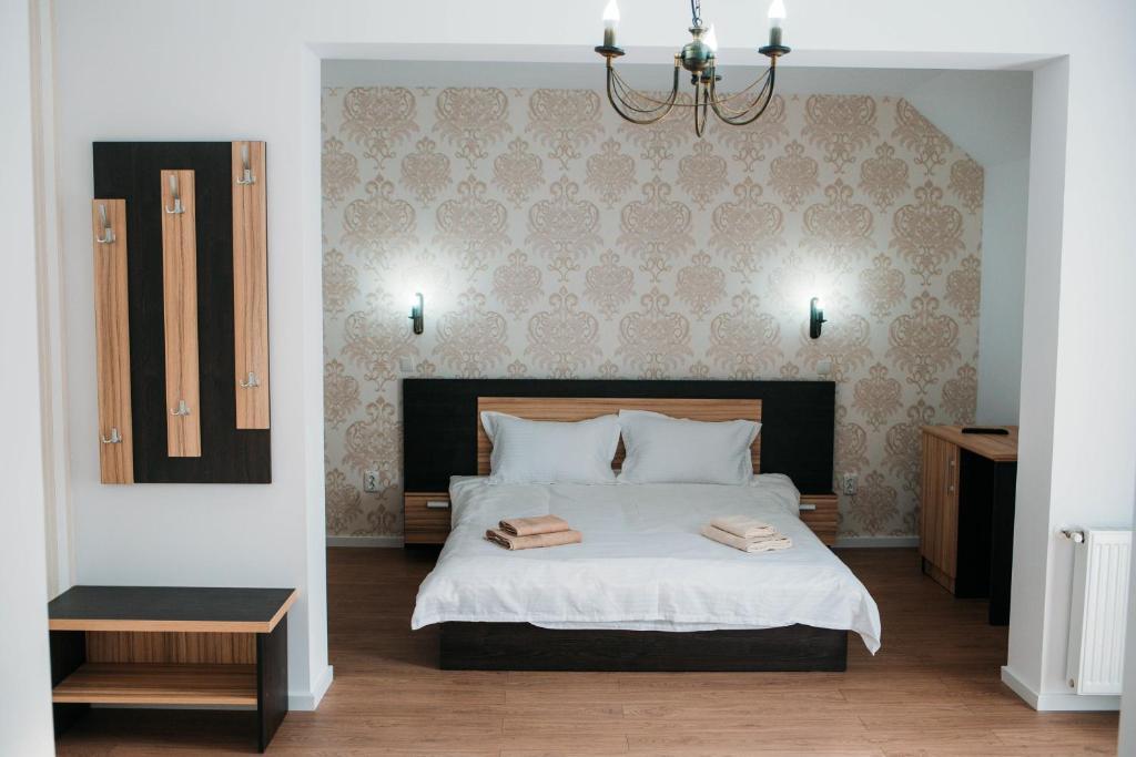 Un pat sau paturi într-o cameră la Casa Mindru