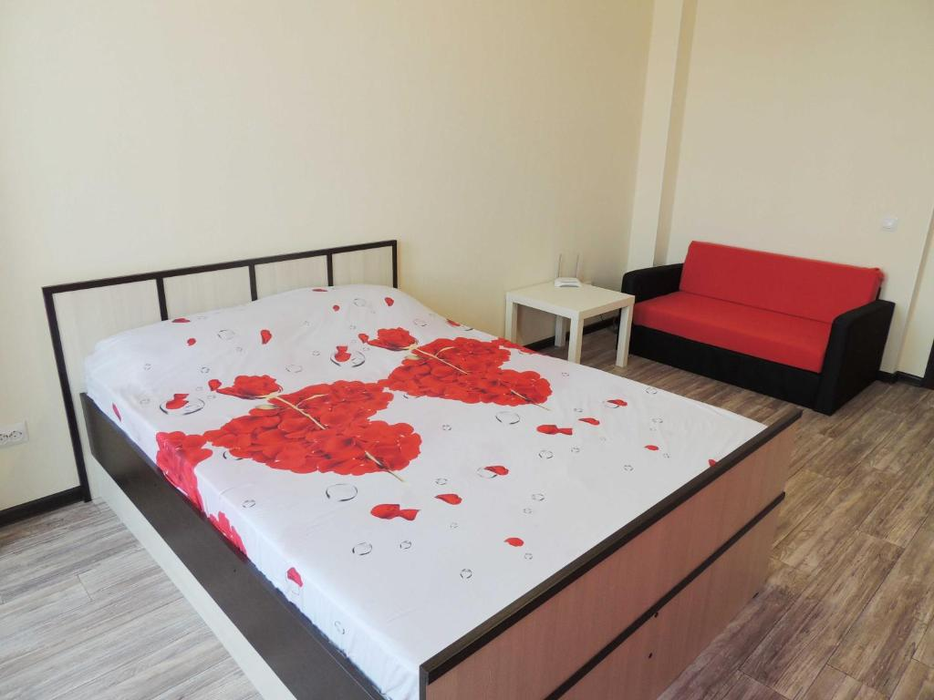 A bed or beds in a room at Centr goroda Shorsa 8M