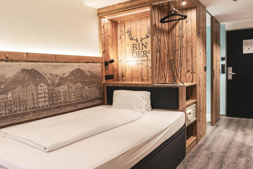 Ein Bett oder Betten in einem Zimmer der Unterkunft BinderS Budget City-Mountain Hotel