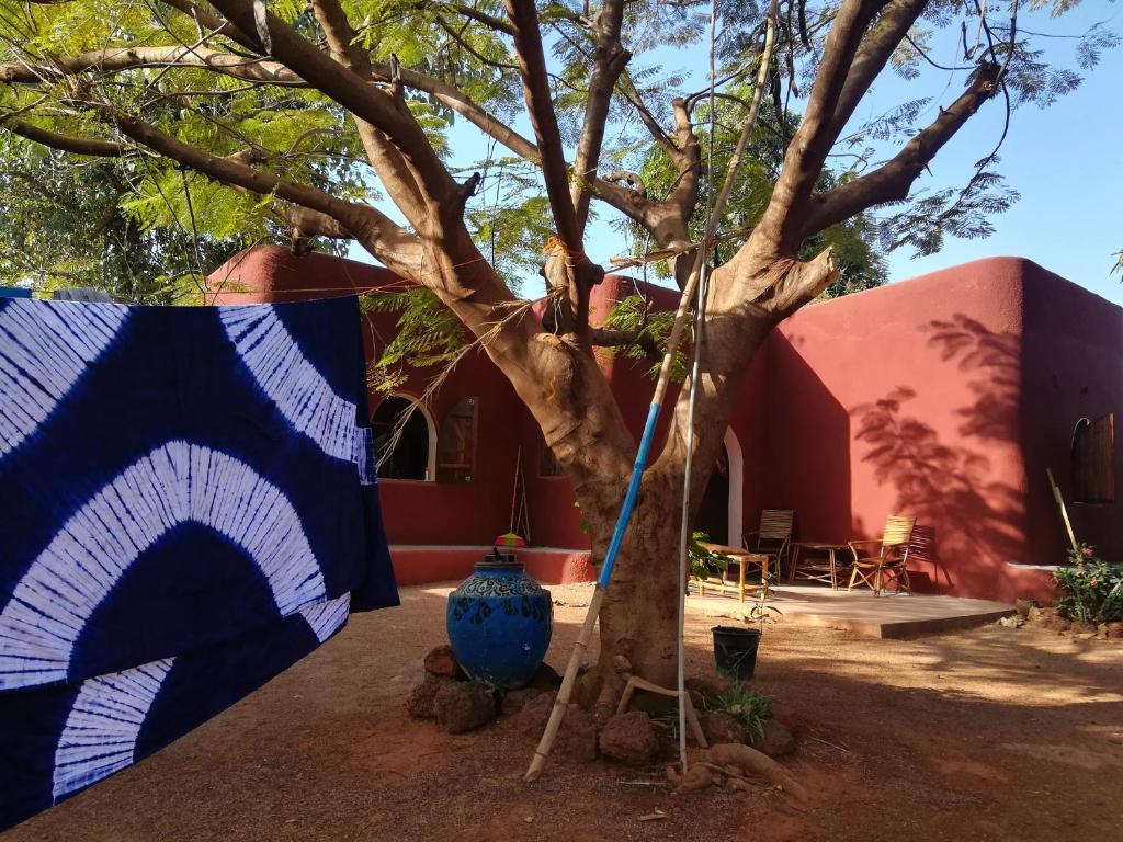 Dau 2 invitaţii la un Outernational Night foarte mişto cu Baba Commandant din Burkina Faso