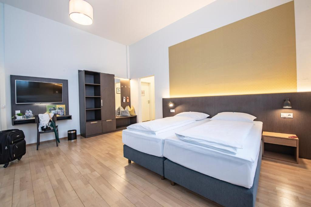 Ein Bett oder Betten in einem Zimmer der Unterkunft JUFA Hotel Bregenz