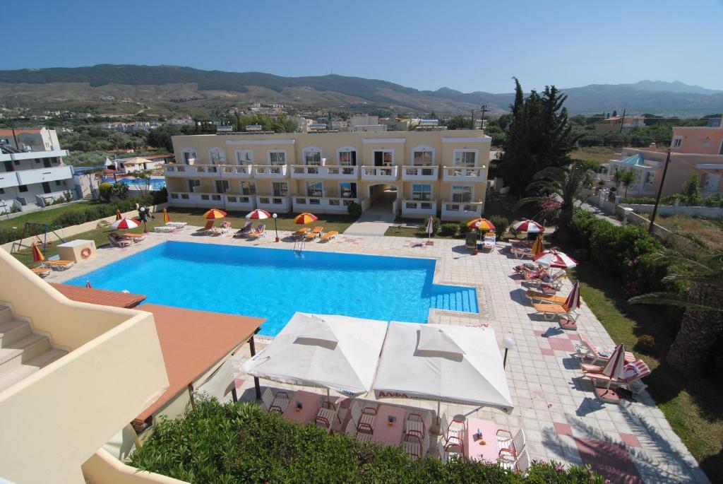 Ein Blick auf den Pool von der Unterkunft Iris Hotel oder aus der Nähe