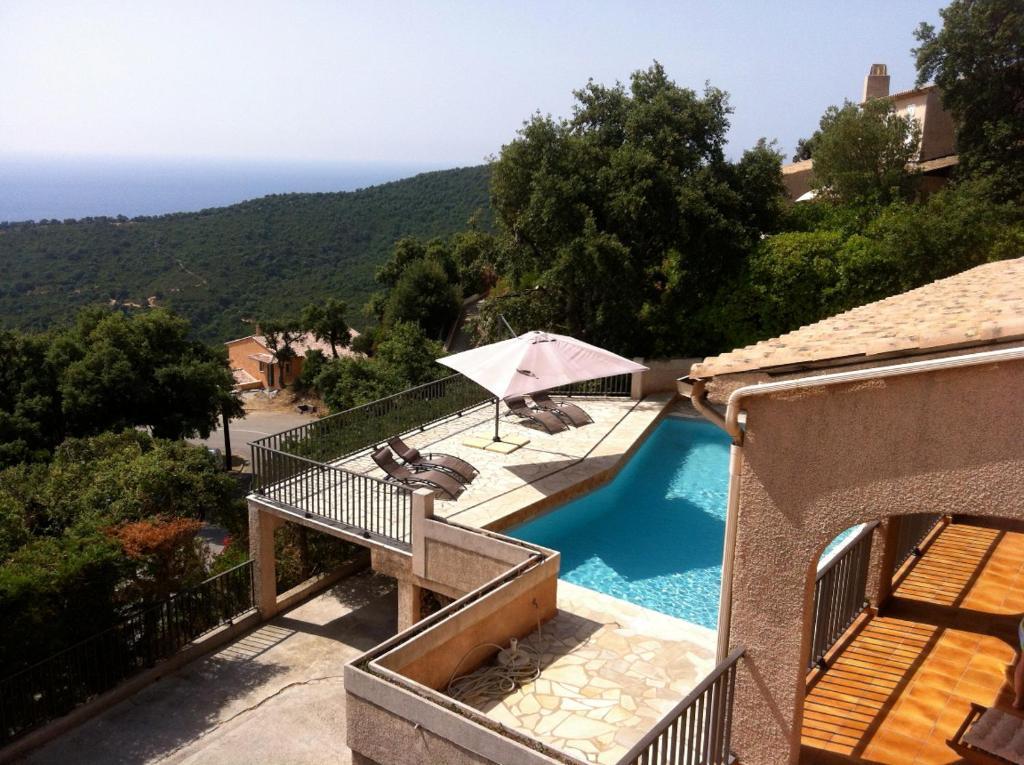 Vue sur la piscine de l'établissement Villa Cavalaire ou sur une piscine à proximité